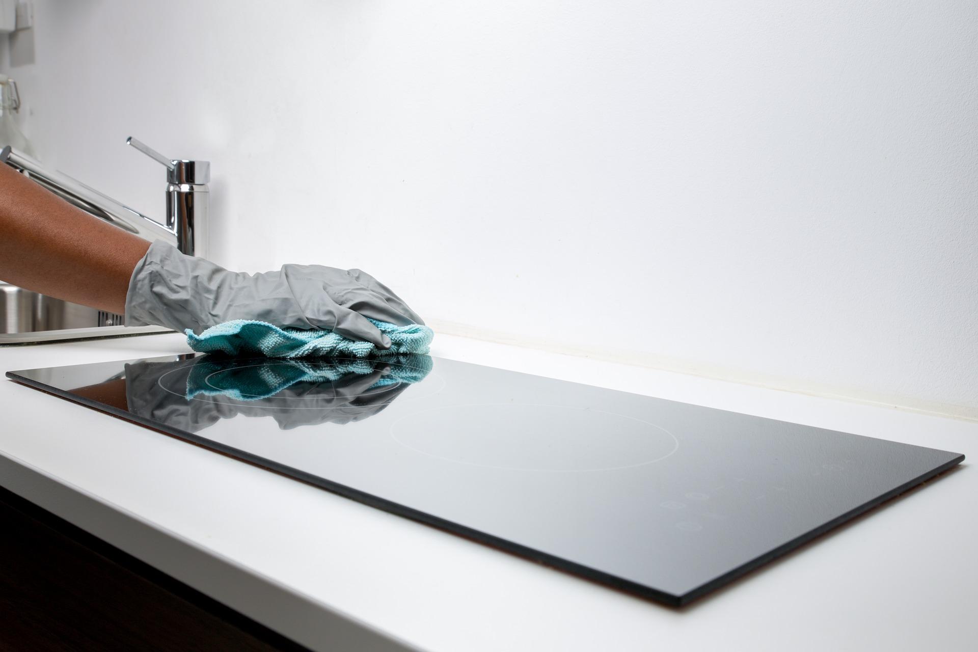 Los detergentes tienen propiedades emulsionantes: disuelven tanto agua como grasa.